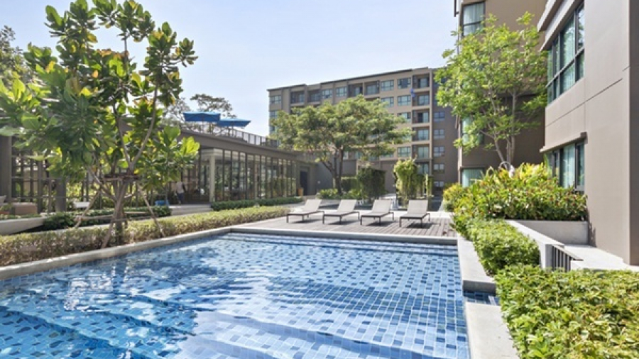 Apartment community swimming pool